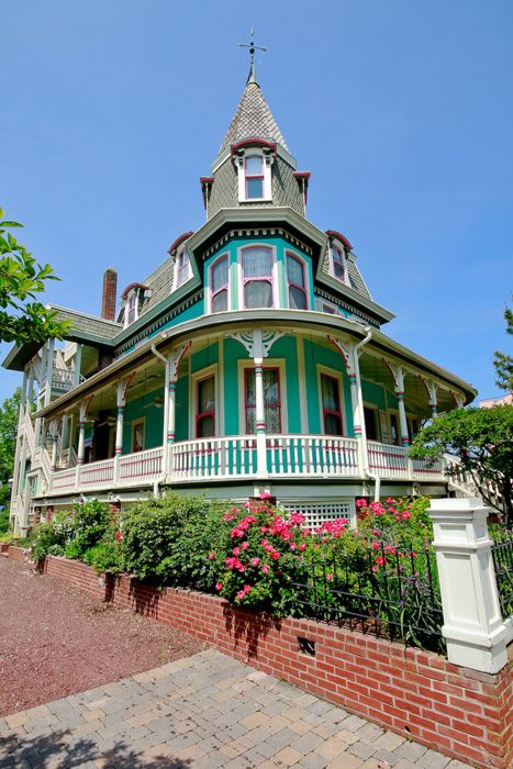 victorian homes are the most beautiful homes to me!! :-) love this and the colors they have used.