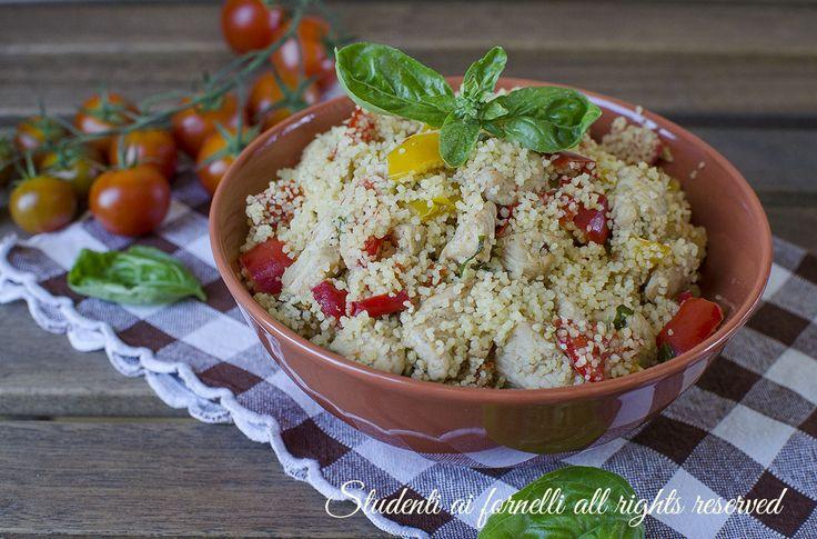 Cous cous peperoni e pollo, primo piatto facile e veloce ideale per l'estate e la dieta. Ricetta piatto unico leggero, sfizioso.