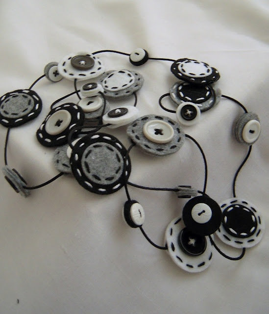 bellissima collana in feltro trovata sul blog Lilyth garden