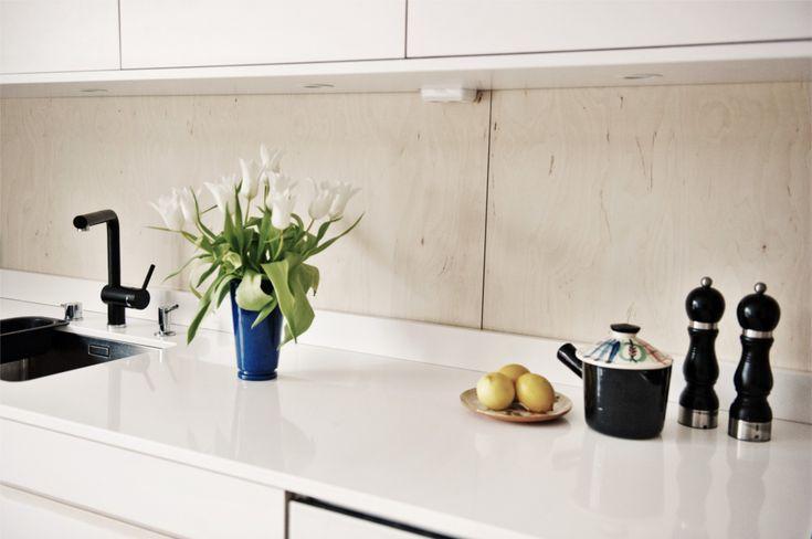 Kök, vita luckor, blandare från Vola, plywood