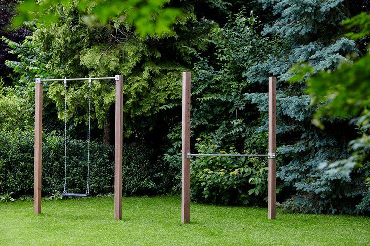 Hier eine Schaukel mit Klettergerüst von Rheingrün. Individuell angepasst und aus hochwertigen Materialien. Bankirai Holz und Edelstahl Stange. Hier im Privatgarten.