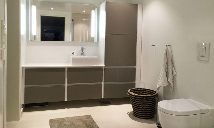 Nordsjøkjøkken - E45 - Gråmalt badinnredning
