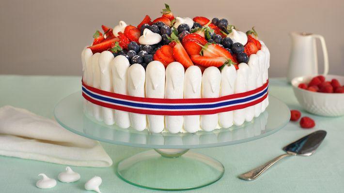 Hva med en lekker 17. mai-kake i rødt, hvitt og blått til nasjonaldagen? Lag sukkerbrød, vaniljekrem og marengssteger ferdig på forhånd, så kan du senke skuldrene og bare kose deg med pyntingen på selve festdagen.