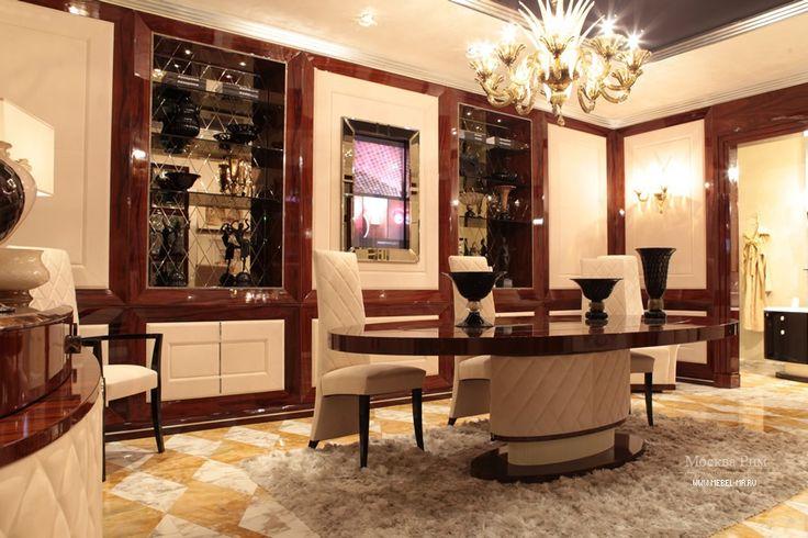 Minotti с мраморными столиками, окантованными огромными латунными стенками