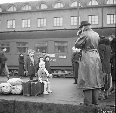 Alkuperäinen kuvateksti: Evakkoja Helsingin asemalla pari minuuttia ennen pommitusta.