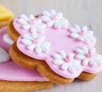 Heerlijke koekjes versiert met fondant, volg het recept en je maakt ze eenvoudig zelf.