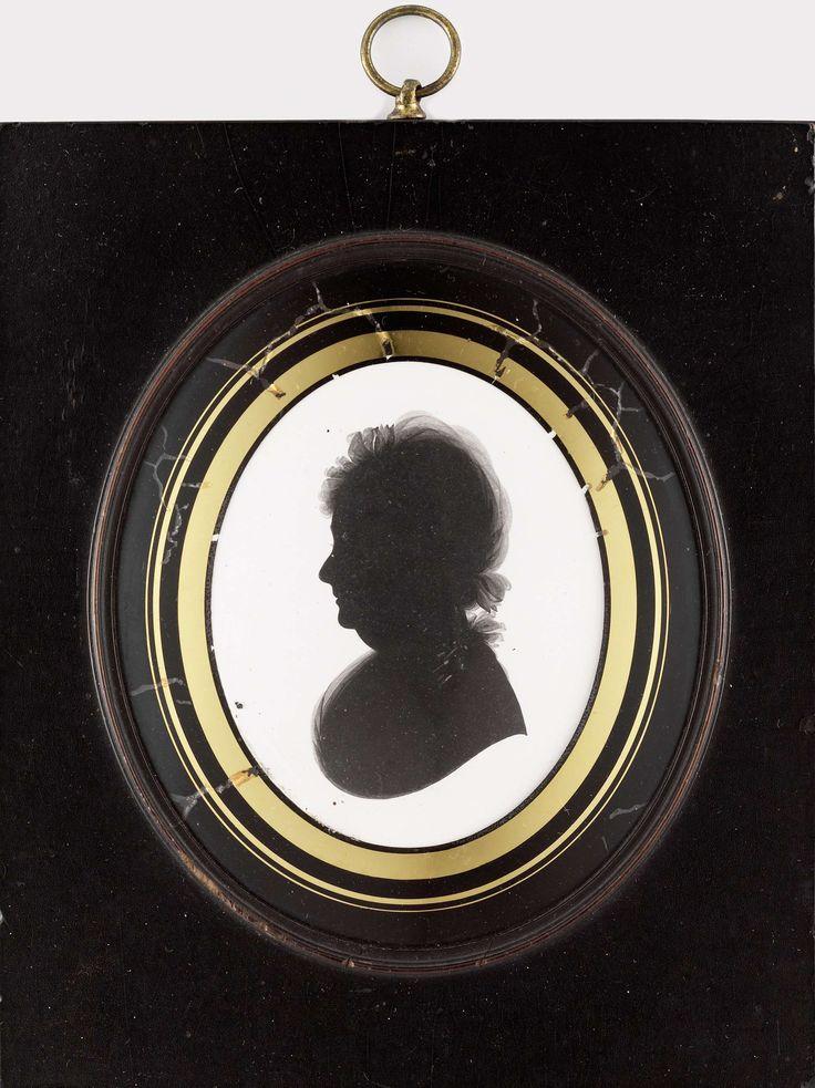 John Miers | Silhouet van een vrouw, John Miers, 1791 - 1821 | Silhouet van een vrouw. Buste, naar rechts. Op de achterzijde het gedrukte etiket waarin John Miers reclame voor zichzelf maakt als 'Profile Painter' gevestigd aan de Strand te Londen.  Onderdeel van de collectie portretminiaturen.