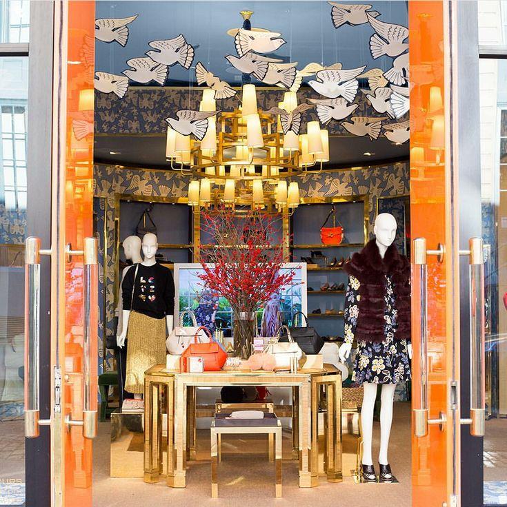 Витрина поп-ап магазина Tory Burch на Мэдисон Авеню в Нью-Йорке