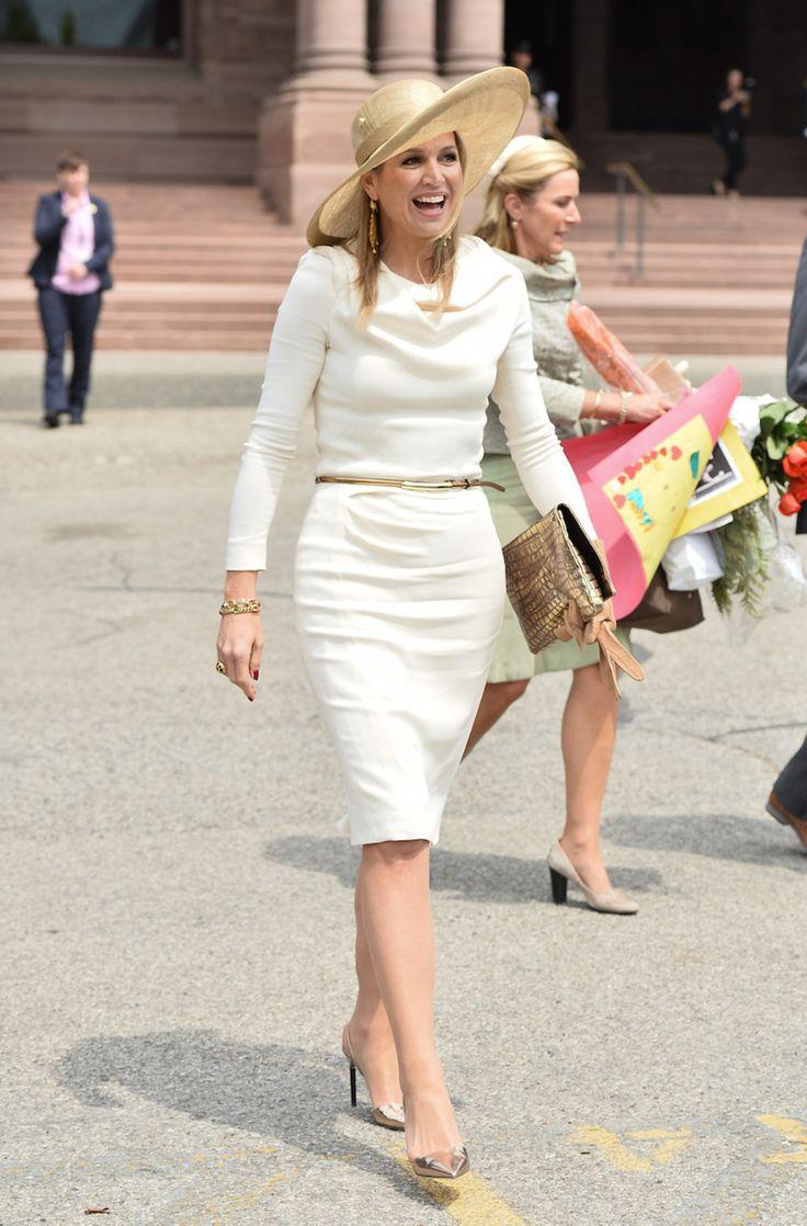29 mei 2015. Tijdens een bezoek aan Queen's Park in Toronto, op de derde dag van het staatsbezoek aan Canada, draagt Máxima een witte jurk van Natan en een hoed van Fabienne Delvigne.