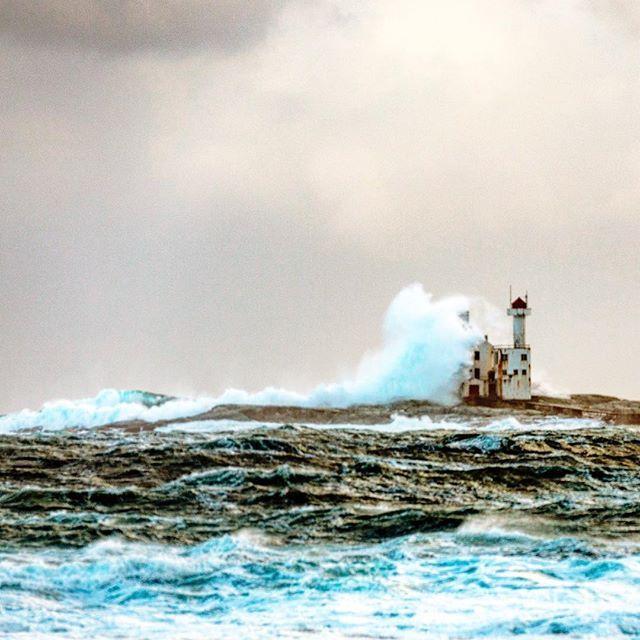 My favorite lighthouse #hestskjæret #hustadvika   Hestskjær fyr - er et fyr på Hustavika. Fyrtårnet rager 20,3 meter over bakken, og fyrlykten står 24,5 moh. Så bølgene er over 24 meter høy