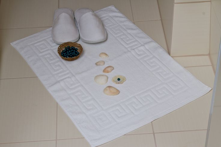 Doskonale chłoną nadmiar wilgoci z podłogi, przez co zabezpieczają przed poślizgnięciem i groźnym upadkiem. Wyróżniają się ponadto doskonałą wytrzymałością mechaniczną, dzięki czemu mogą być wielokrotnie prane i suszone. #hotel #bathroom #rug
