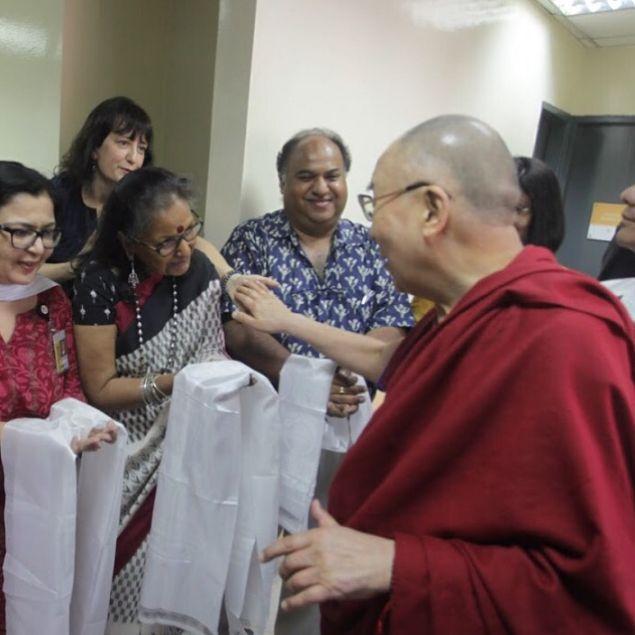 PARTE 1 Tive a maravilhosa oportunidade de participar de uma das palestras do Dalai Lama e descrevo seus ensinamentos aqui para você! NÃO DEIXE DE LER SEUS ENSINAMENTOS VALEM MUITO A PENA! Dalai Lama tem como foco visitar muitas escolas do mundo inteiro com a finalidade de passar para as crianças que são nosso futuro alguns conceitos. Antes de tudo gostaria de dizer que foi maravilhoso ver como este homem dotado de tanta humildade captou a atenção de todos o tempo todo. Pude sentir a energia…