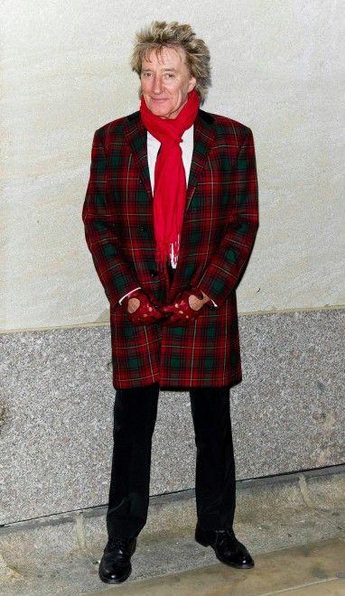 """Tre passioni, da sempre: la musica, il calcio e le donne. Bionde, naturalmente, come lui. E come recita un suo famoso album, """"Blondes have More Fun"""" (1978), ovvero """"Le bionde si divertono di più"""", quello di """"Do Ya Think I'm Sexy?"""" sulla cui copertina, in realtà è avvinghiato a una signorina di colore. A 70 anni, compiuti il 10 gennaio, Rod Stewart si gode la vita più che mai, sicuro di una carriera cinquantennale, prima con i Faces e poi da solista."""