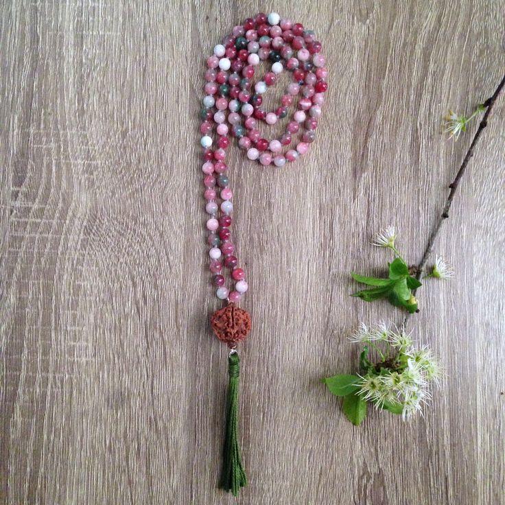 Collana lunga japa-mala rosario indiano con  giada rosa, bindu con seme di Rudrashka e nappina verde oliva in stile boho hippie meditazione di Cuony su Etsy https://www.etsy.com/it/listing/521973117/collana-lunga-japa-mala-rosario-indiano