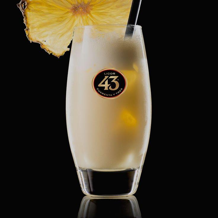 Je hoeft niet op vakantie naar een exotische bestemming om te kunnen genieten van deze tropische, fruitige cocktail, met Licor 43, melk en ananas.