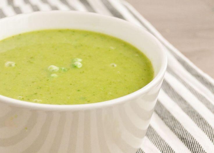 Deze heldergroene courgette doperwten soep is perfect om te serveren met een omeletje, of met een paar plakken speltbrood en zelfgemaakte avocado-spread...