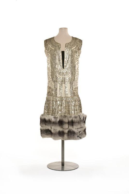"""Robe """"Marrakech""""  Création :  Paul Poiret , maison de couture  1924  Matières et techniques :  Satin de soie, broderie de lame argent, fourrure chinchilla, velours de soie"""