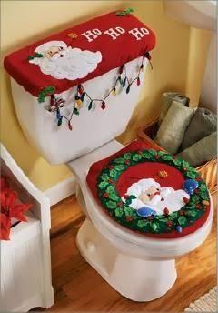 Baño con decoración navideña