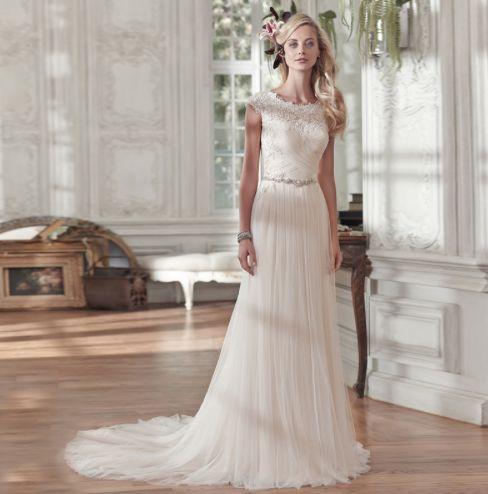 ➜ En enkel, elegant och modern brudklänning med detaljer som får en att tappa hakan. Hög kvalitativ tyll och spets. Beställ via länken. #Brudklänningar #Bröllopsklänningar #Bröllop #Skräddarsytt