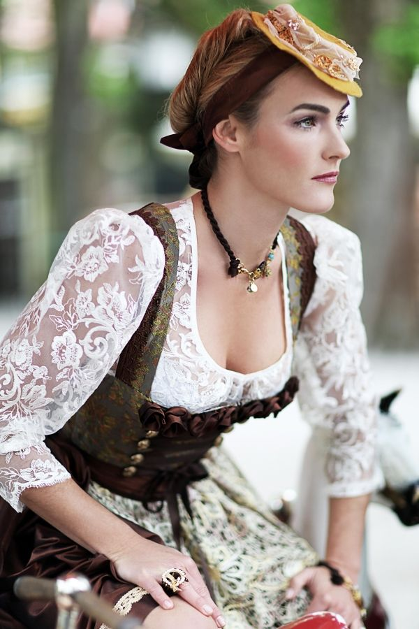 A little secret - the loop in the Dirndl is left bound, the Lady is not married