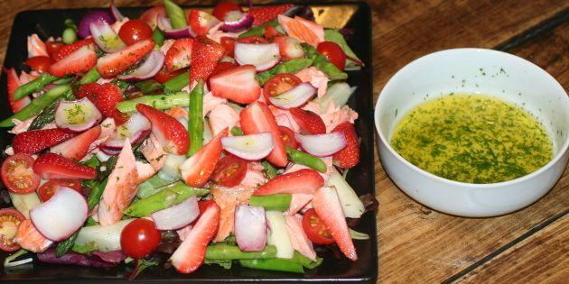 Utrolig dejlig salat med grønne asparges, søde jordbær og lækker laks - en sand vinderkombination.