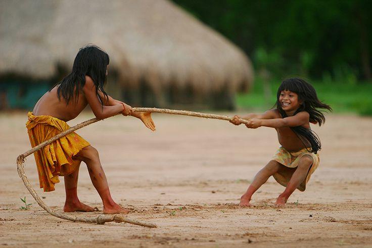 Meninas da etnia Kaimurá da Amazônia brincam de cabo de força, brincadeira bem comum entre os curumins (crianças das tribos). Com o cabo feito de cipó, ganha quem fizer o adversário ultrapassar uma linha demarcada na metade do cipó esticado.  Alex Almeida/ UOL