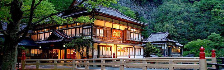 日本有許多古蹟都登錄為有形文化財,自1996年10月1日施行文化財保護法以來,登錄為第一號的是位於會津東山溫泉的向瀧溫泉旅館。 這間木造建築的溫泉旅館創業於1873年,是過去許多皇族下榻之處,溫泉裡有一間宮內廳指定棟特別室,是20疊三個房間相通、有專屬溫泉浴室的書院造設計。 日本媒體提到極致溫泉旅宿時,幾乎都會報導的向瀧,堪稱日本傳統木造建築的傑作。室內的格天井是過去寺院、古城才會用到的樣式,這些格柵使用的都是會津特產的優質桐材。 向瀧的24個房間,每一間的隔間與細工都各不相同,相連的迴廊使用的是長杉木,而大宴會廳「檜舞台」則是檜木打造。 向瀧的木造建築在自然的四季變換中,美的讓人不忍離去,也無怪乎連皇室權貴都選擇在此停留了。  via 会津東山温泉 向瀧