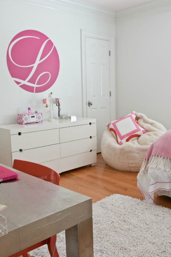 love the clean lines, pops of #pink & #orange and letter initial // #modern girl's #bedroom