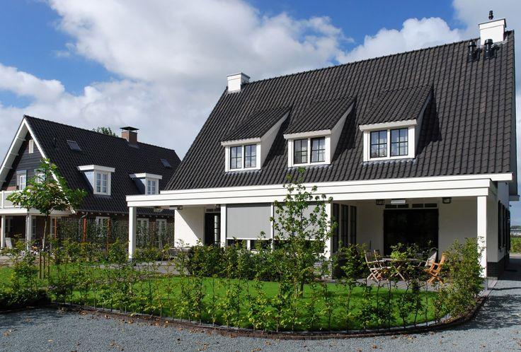 Het prachtige wit van deze villa doet bijna koloniaal aan. De drie doorgemetselde topgevels en royale dakoverstekken geven dit landelijk ontwerp een eigen persoonlijkkarakter. U...