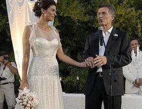 El vestido que uso Juliana Awada para su casamiento con Mauricio Macri en 2010, es un diseño de Jenny Packman, el mismo vestido pero en otro color y sin la parte de arriba lo uso Miley Cirus en la entrega de los premios Oscar del año 2010.