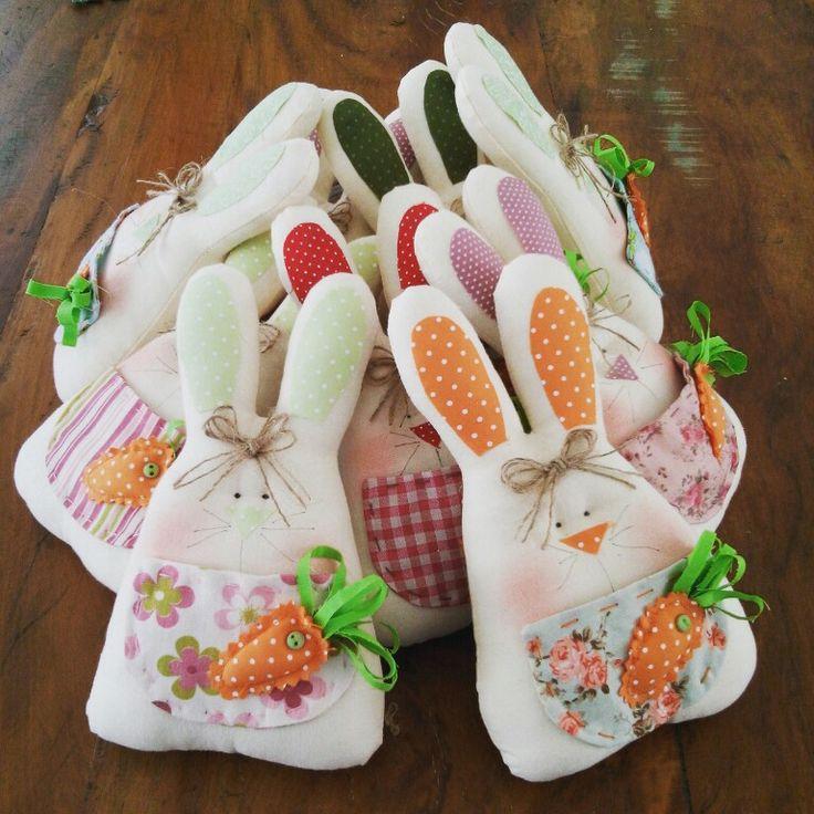 Coelhinhos da Páscoa disponíveis  no #atelierjanainamaues  https://m.facebook.com/Atelier-Janaina-Mau%C3%A9s-artesanato-em-tecido-e-biscuit-334265873438893/