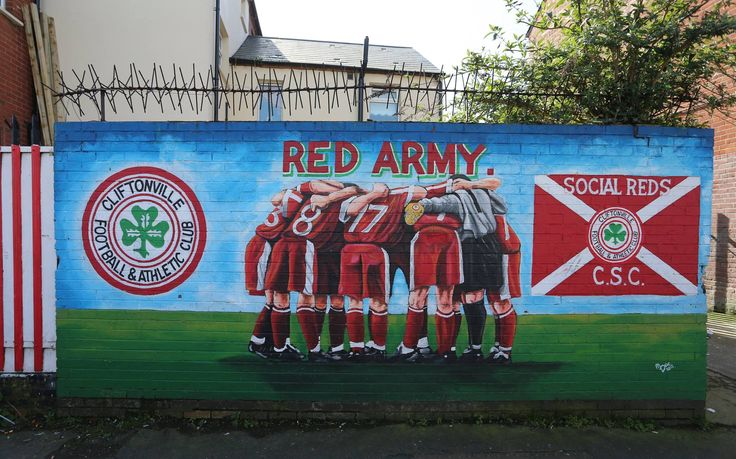 Foto de Andy Nunn - European Football Weekends  Belfast - Cliftonville FC, the oldest club in Ireland , as they took on Ballymena Utd in the Danske Bank Premiership . Solitude is a fantastic ground with the mixture of old and new.