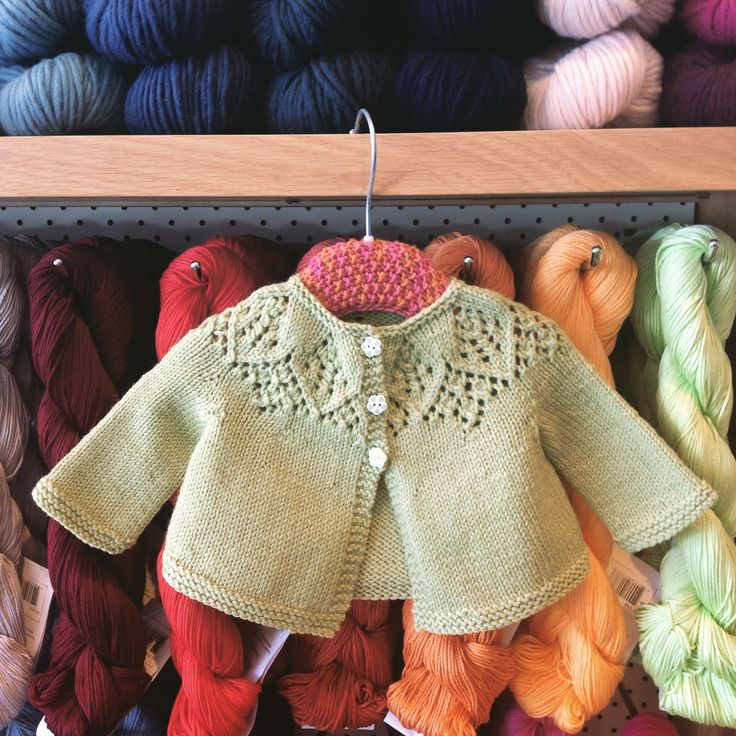 So happy with the cute result 😍 We used Quince &a Couple Chickadee yarn for this lovely soft cardi for baby. Pattern available on Ravelry.com. Just search for Meredith baby cardigan 👶
