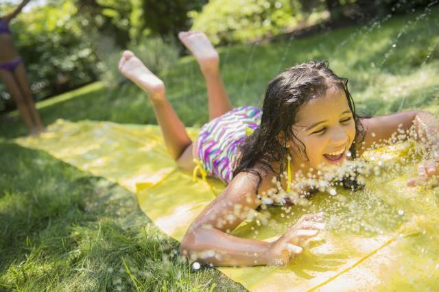 10 Entretenidos juegos con agua para refrescarte y disfrutar el verano junto a tus hijos. Novedosos juegos que a los niños les encantarán.