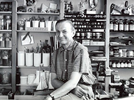Zusammen mit Charles und Ray Eames und George Nelson zählt Alexander Girard zu den prägenden Figuren des amerikanischen Designs der Nachkriegszeit. Der Schwerpunkt seines vielfältigen Schaffens war das Textildesign. Dabei war die intensive Beschäftigung mit der Volkskunst Südamerikas, Asiens und Osteuropas eine wesentliche Inspirationsquelle. Auch die dekorativen Holzfiguren Wooden Dolls, die Girard für sein Haus in Santa Fe entworfen hat und selbst herstellte, sind durch seine eigene…