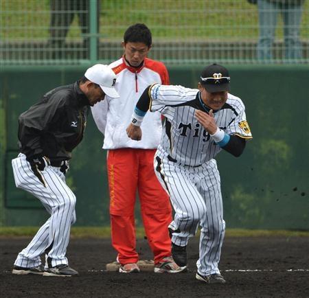 走塁練習をする阪神・金本 奥は赤星憲広氏=宜野座村営野球場