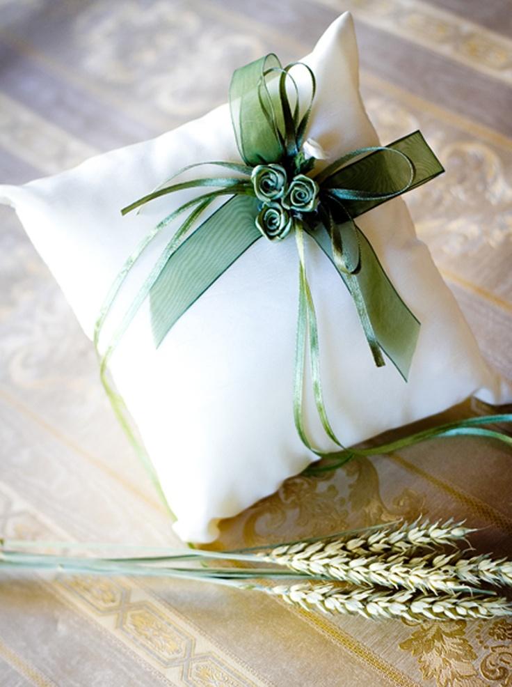 Un accesoriu delicat, dar foarte important pentru ceremonia religioasa a casatoriei, si anume aceasta pernuta pentru verighetele de nunta realizata din tafta crem si accesorizata cu fundite din organza si satin vernil pentru prinderea verighetelor.    Dimensiuni: 17cm x 17cm.