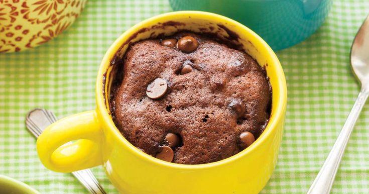 Gâteau moelleux au chocolat dans une tasse (Ricardo) Dans son livre : 3 c. à s. farine, 4 c. à t. cassonade, 2 c. à t. cacao, 1/4 c. à t. poudre à pâte, 2 c. à s. lait, 1 c. à s. huile, vanille, pépites, 45 secondes
