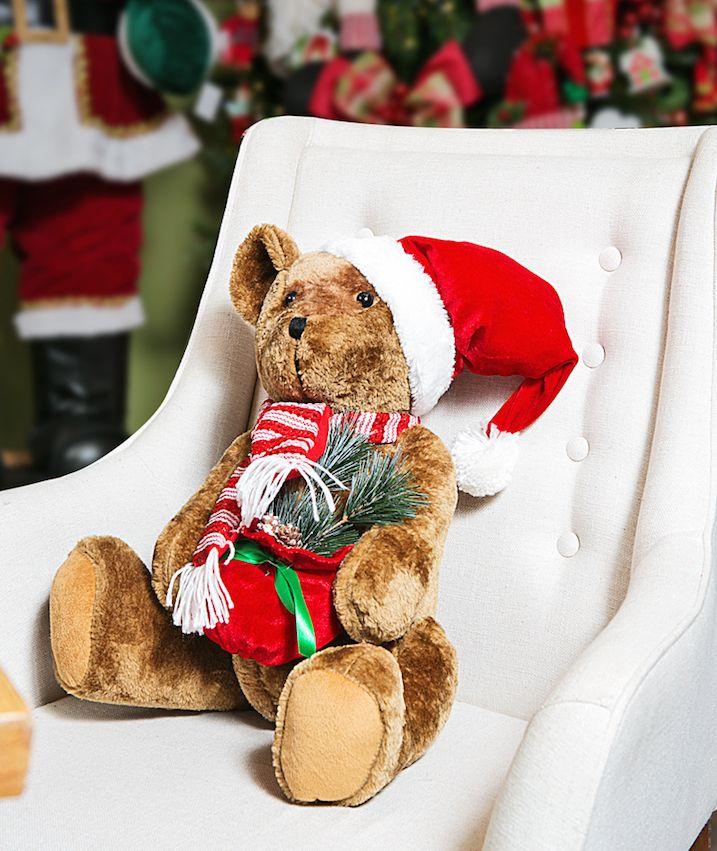 O urso também é um ajudante de Papai Noel, na cadeira Georgia.