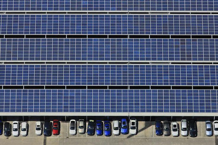 Luftaufnahme vom BMW Werk 02.40 in Dingolfing, Parkplatz für Neuwagen überdach…