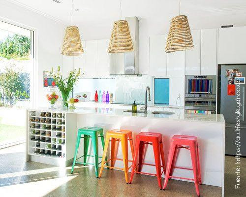 Una cocina blanca con toques de color.