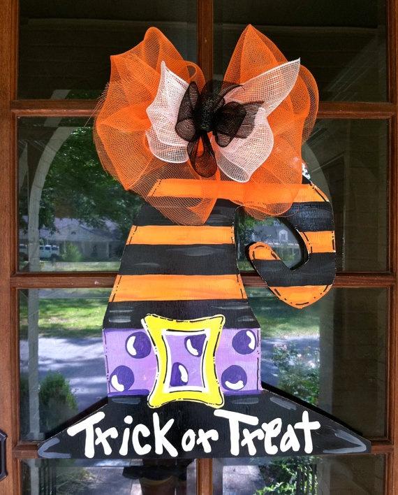 Halloween trick or treat door decor.Witch Hats, Halloween Witches, Doors Decor, Doors Hangers, Hanahan Originals, Witches Hats, Hats Doors, Bronwyn Hanahan, Halloween Doors
