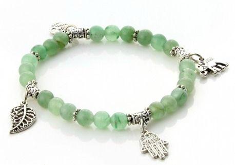 Armband Life Sten Grön aventurin Elastiskt. Ett vackert armband med stenpärlor av blandade gröna aventurinstenar samt 4st berlocker En elefant, en symbol för lycka och att locka till sig rikedom. Ett hjärta, symbolen för kärlek. Ett löv, symbol för välstånd, förnyelse och hopp. En hand av Fatima, symbolen för beskydd.