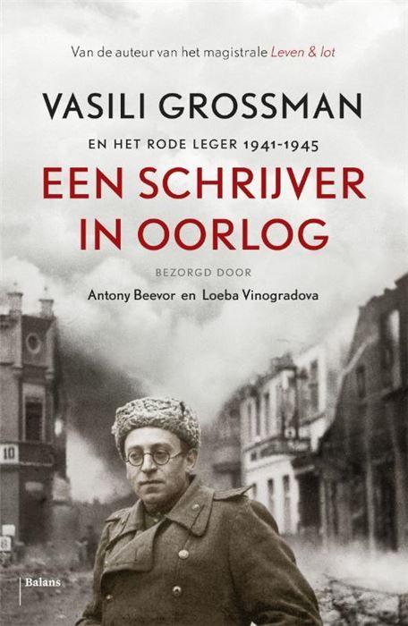 Een schrijver in oorlog  Vasili Grossman werd in 1905 geboren in de stad Berdisjev in de Oekraïne. In 1941 trad hij in dienst van het Rode Leger als schrijver voor de legerkrant De Rode Ster en werd de populairste oorlogscorrespondent van Rusland. Het blad werd niet alleen in het leger maar ook onder het gewone volk grondig gelezen. Door verslag uit te brengen van de verdediging van Stalingrad de val van Berlijn en de Holocaust werd Grossman een oorlogsheld. Anthony Beevor schrijver van de…
