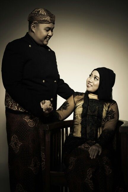 Wearing kebaya and beskap jawa for prewedding photo shoot? Why not. Look gorgeous right?