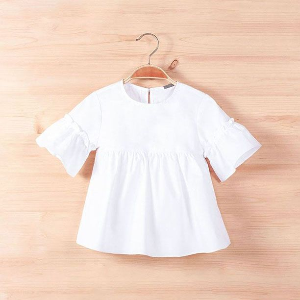 e67aadfdd Blusa para niñas lisa color blanco con mangas acampanadas. De la colección  primavera verano 2018