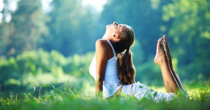5 posturas de yoga para recibir la mañana. Cuando te levantas a la mañana, luego de toda una noche acostado, tu cuerpo naturalmente necesita desperezarse. Si le das café a tu organismo, desperezas a tu mente. Pero tu cuerpo también necesita despertarse. Aquí aprenderás cinco posturas de yoga que te servirán como puntapié inicial para arrancar tu ...