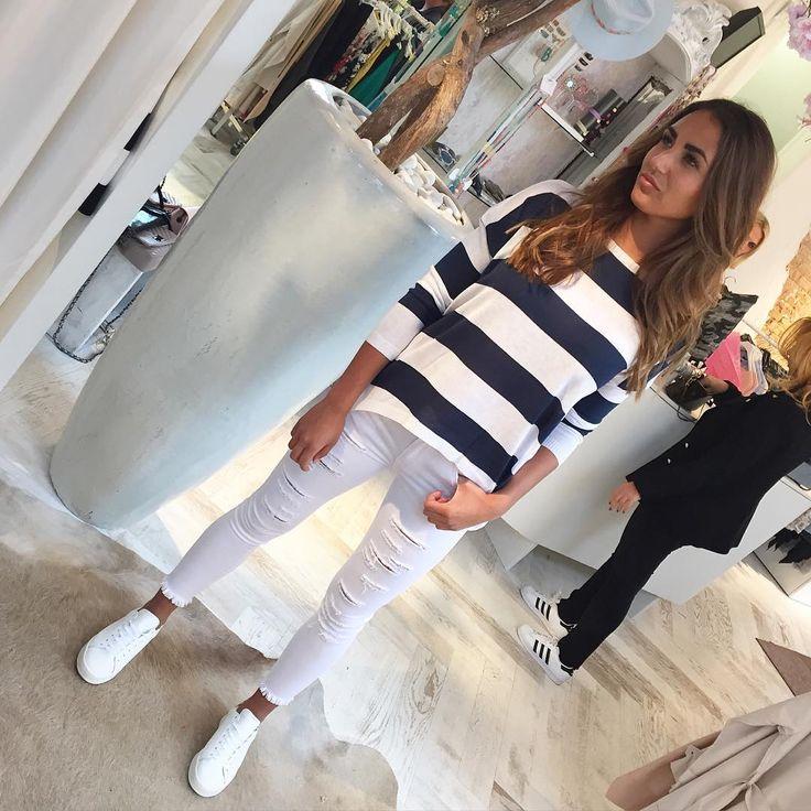 STRIPES ✨ Ga jij voor de witte of donkerblauwe jeans bij deze superleuke Navy top?? - Navy top €29,95 - White jeans €34,95 - Donkerblauwe skinny van zachte stof €34,95