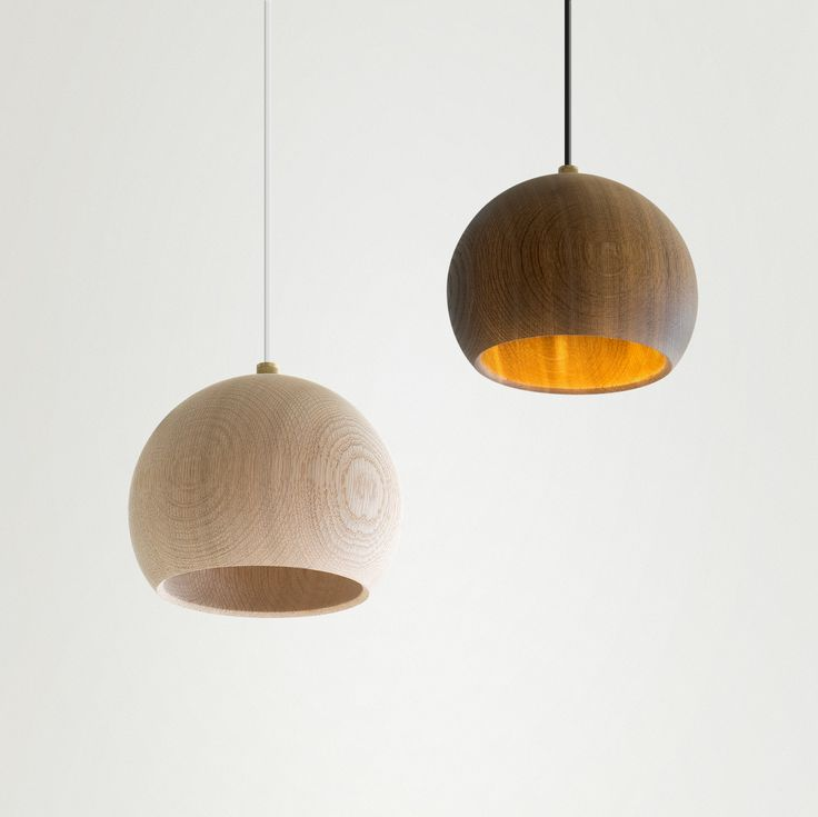 LUNE LAMP Pendel er et møde mellem håndværk, materiale og moderne teknologi. Resultatet er en ikonisk lampe med et sanseligt udtryk. Kugle-skærmen er drejet af massivt dansk egetræ.
