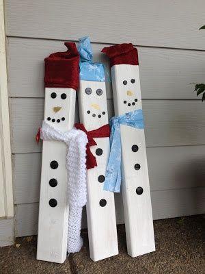 Sneeuwpoppen gemaakt van een paar planken voor naast de buitendeur deze winter